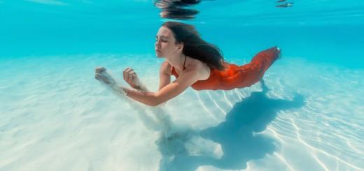 Gražioji undinėlė tyrinėja povandeninį pasaulį