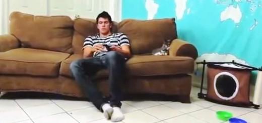Katinas mėgdžioja savo šeimininką