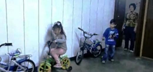 Mažos mergaitės parkavimosi pamokėlė